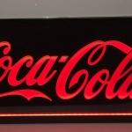 Painel Coca-Cola fundo preto retangular